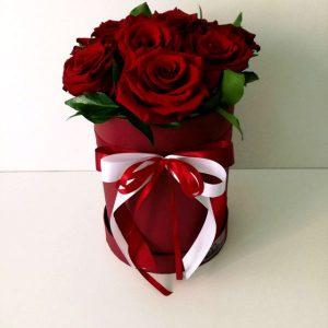 Cilindricna kutija so crveni rozi 1