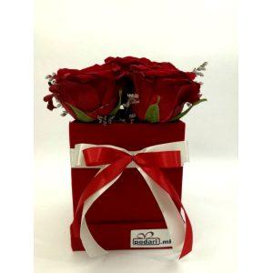 Рози во плишена коцкаста црвена кутија – 5