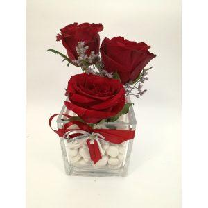 Роза во стаклена коцкаста вазна