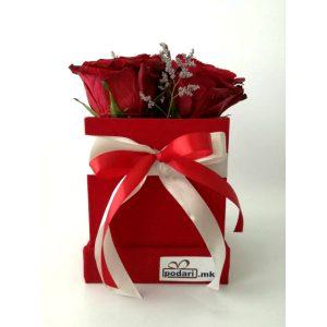 Рози во плишена коцкаста црвена кутија – 3