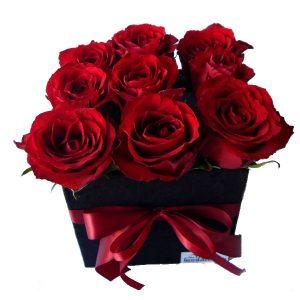 Рози во плишена коцкаста црна кутија