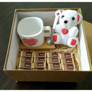 Кутија со чаша, мече и чоколадо