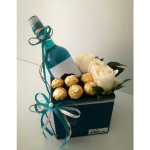 Сина кутија со вино, цвеќе и чоколадо