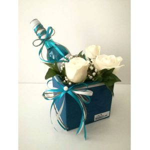 Сина кутија со вино и цвеќе